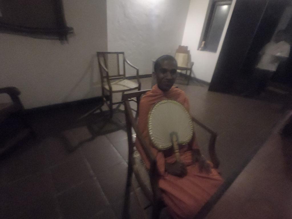 スリランカのお坊さん。聖職者特有の独特のオーラを醸しだしている